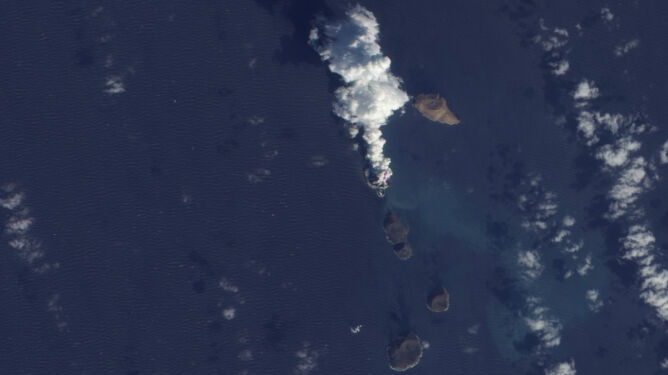 Morze Czerwone w kłębach dymu. Powstała nowa wyspa