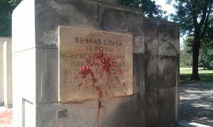 """Pomnik Żołnierzy Radzieckich oblany farbą. """"To już dziewiąty raz"""""""