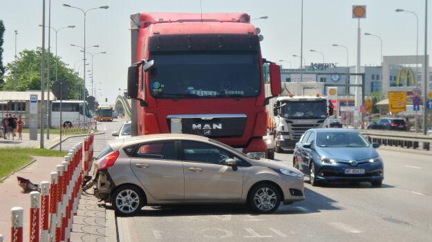 Po zderzeniu z ciężarówką, ford stanął w poprzek drogi