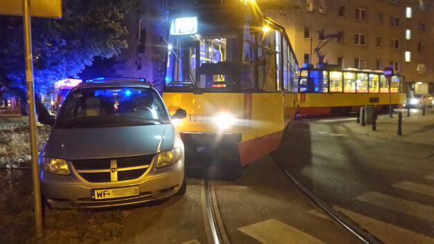 Tramwaj zderzył się z taksówką na Pradze