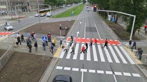 """Nowa """"zebra"""" na Czerniakowskiej. Przywitało ją kilkadziesiąt osób"""